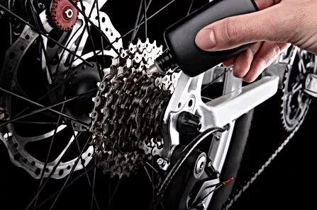 自転車のギアシフター部分にオイルを指して修理